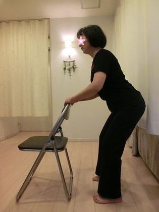 転びそうになった時にストッパーになる「大腿四頭筋」を鍛えます。膝痛のある方もこの筋肉を鍛えると痛みが軽減します。