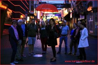 Karin steht inmitten ihrer Gruppe  der Kieztour auf dem Beatles Platz.