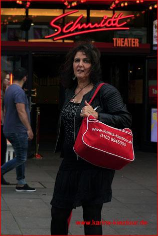 Karin steht vor dem Schmidt Theater auf dem Spielbudenplatz.