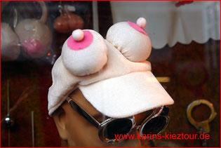 Rosa Tittenmütze im Schaufenster eines Sexshops auf dem Hamburger Berg.