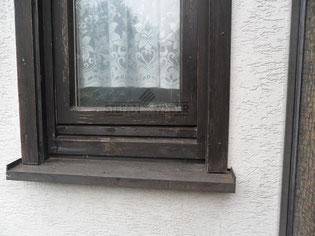 Holzfenster wartet auf Farbe.