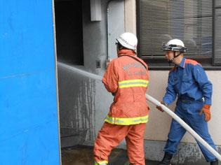 防火衣を着ての放水訓練です。