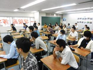 熱心に坂本さんの話を聞いています。