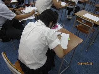ワークシートに記入する生徒