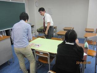 プレゼンテーションに向けて、模造紙に写真や文章を入れようとしています