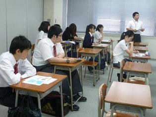 熱心にメモをとっている生徒もいました