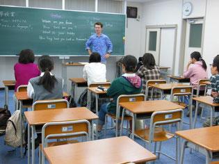 生徒たちはマシューさんのお話に真剣に聞き入っています