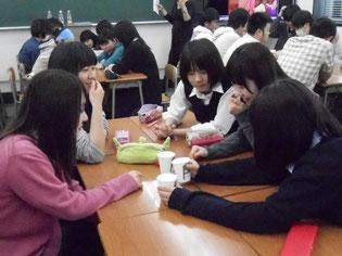 面白い教材に、生徒から様々な意見が出ています