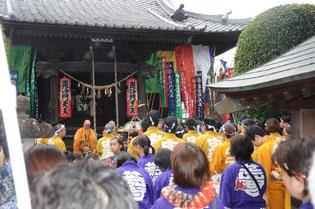 祭り当日、多くの人が神輿担ぎに参加します。