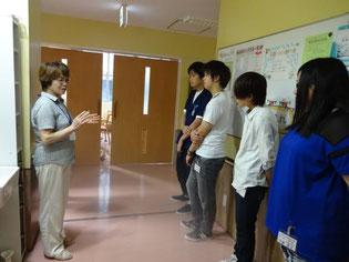スケジュールと内容の説明。緊張気味の生徒たち