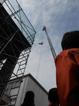 隊員の方の訓練。40メートルの高さからロープで降りています。凄い!
