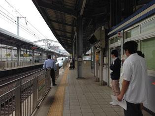 間近で新幹線の安全確認を観察します