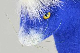 Hasenkopf aus blauem Filz mit gelben Augen