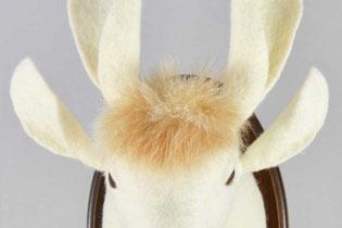 Hasenkopf mit vier Ohren aus weißem Filz