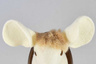 Weißer Hase aus Filz mit großen Mausohren