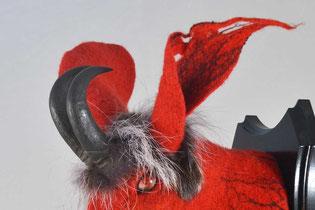 Teufel als Hase aus rotem Filz mit schwarzen Hörnern