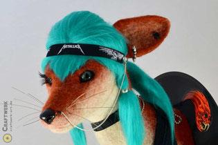 Roter gefilzter Fuchs mit türkisem Haar im Rockerlook auf einer Schallplatte