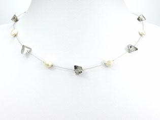 Halskette mit asymetrischen Glasperlen und Zuchtperlen grau weiß