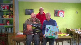 Alain Orvain (à gauche) qui succède à Daniel Godard, peintre (à droite). Au centre : Guy Regnault, président de l'association Art'Bocage.