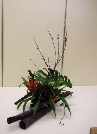 かわさき芸術祭 H27年2月 花材:竹炭・備長炭・柘の根・グズベキア・モンステラ・黒芽柳・霞草・幸福の葉