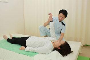 肘を伸ばしながら上へ軽く牽引して肩甲骨の内側まで調整します