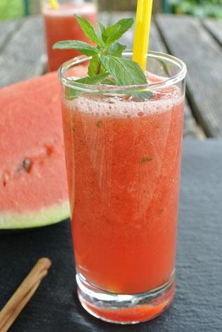 Erfrischender Smoothie aus Wassermelone, Pfefferminze und Zimt