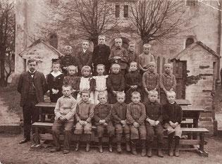 Kinder vor der Kirche in Groß Graben