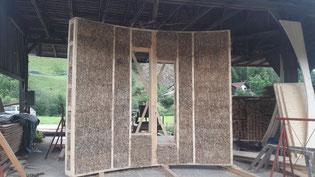 Wandaufbau aus Holz, Stroh und Lehm. Bildquelle: Verein Naturwerk