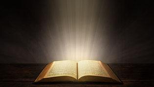 La lumière est liée à la connaissance, à l'enseignement de la Parole de Dieu, à la sagesse et aux avertissements donnés par Jésus à l'ensemble des chrétiens. La lumière est associée au Fils de Dieu et représente sa puissance, sa gloire, sagesse, son amour