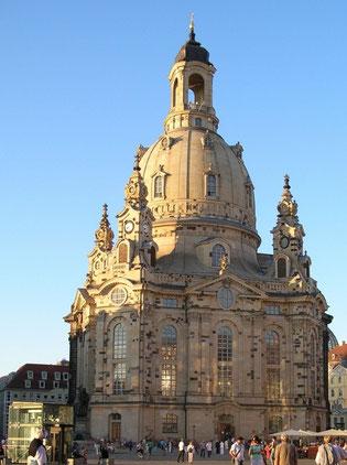 Die Frauenkirche erstrahlt im Sonnenschein.