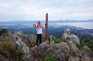 嘉津宇岳山頂とコモ子