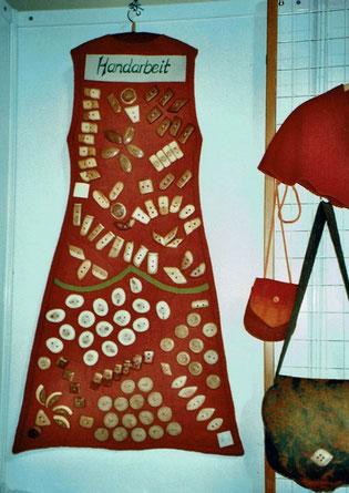 Knopfkleid als Präsentationsmittel für handgemachte Holzknöpfe, eigener Entwurf