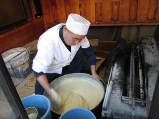 早朝から磯部煎餅を練る栄楽堂の御主人