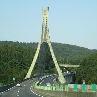 信越道に架かる綺麗な吊り橋