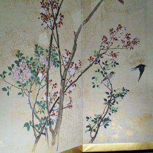 鴻山の描いたツバメとウソの絵にはバラが!