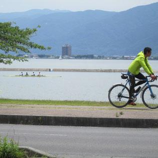 諏訪湖では漕艇練習、サイクリングの人も