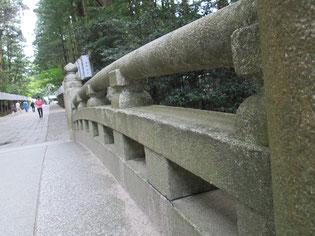 一枚岩から削り出された欄干