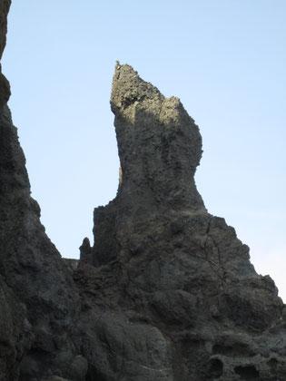 灯台の下、海岸には風雪に耐えた岩が
