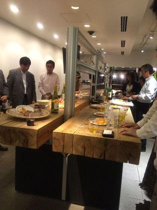 内田洋行さんの懇親会開場。木の感触が心地よい大テーブル。