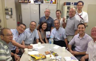 諸々サロン終了後に稲垣さんの本を囲んで二次会