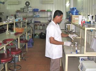 Laboratoire d'analyse des eaux à Resource Development International (RDI) - Cambodge