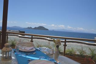 Zeit für Zweisamkeit beim Dinner im Dach-Restaurant mit Blick auf Griechenland...