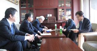 京都労働局生長部長と懇談する金井支部長