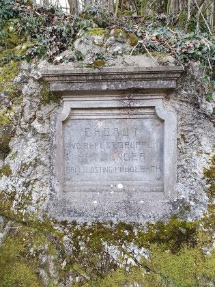 Die in den Fels geschlagene Inschrift der Erbauer im Frühjahr 2020.
