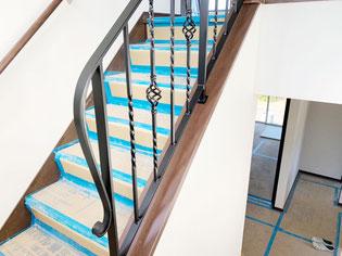 回り階段を上がる時、豊かな気持ちにしてくれるロートアイアン調手摺