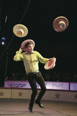 帽子やリングを自在に操るブライアン・ドレスナーが会場を盛り上げる(木下サーカス提供)