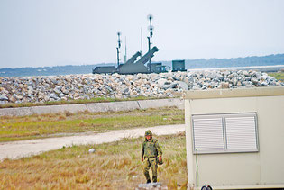 新港地区に配備されたPAC3。発射機を上方に向けている(8日午後)