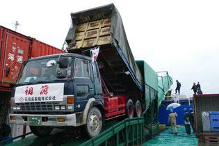 石垣島製糖が今期の初荷を出荷した=7日午前、石垣港