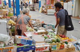 最近は観光客の来店が多いという=14日、市内公設市場