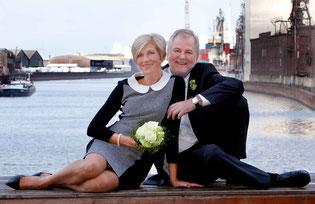 Hochzeitsaufnahme, Brautpaar in der Überseestadt Bremen, an der alten Feuerwache, Blick in ein Hafenbecken an der Kornmühle